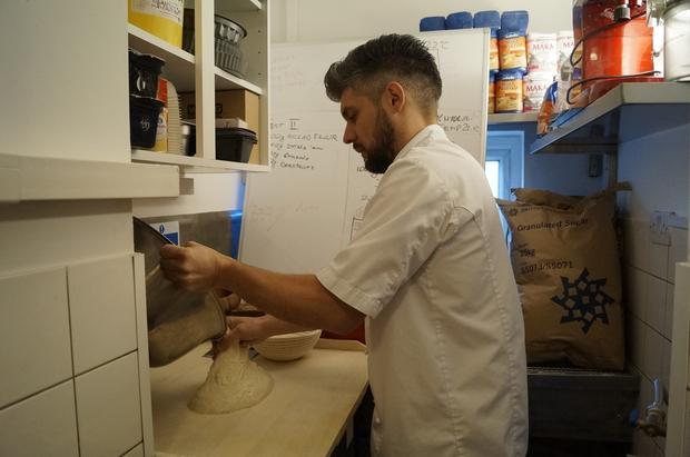 Damian Wawrzyniak codziennie rano piecze świeży chleb z polskiej mąki w House of Feasts