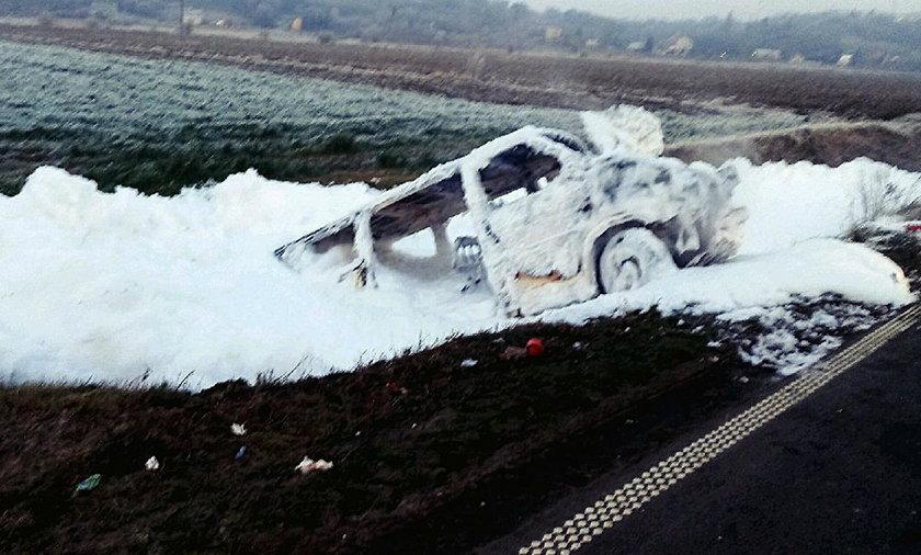 Groźny wypadek w Kujawsko-Pomorskiem. Bus spłonął, wielu rannych
