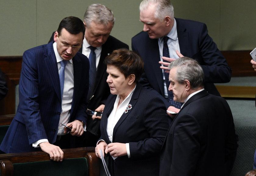 Pierwsza wygrana opozycji! Pomogli im buntownicy z PiS
