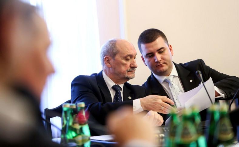 Minister obrony narodowej Antoni Macierewicz podczas posiedzenia sejmowej komisji obrony
