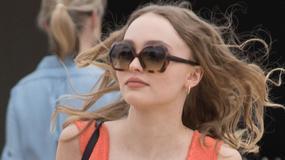Cannes 2017: Lily-Rose Depp w kreacji z bardzo głębokim dekoltem. I jeszcze te buty...