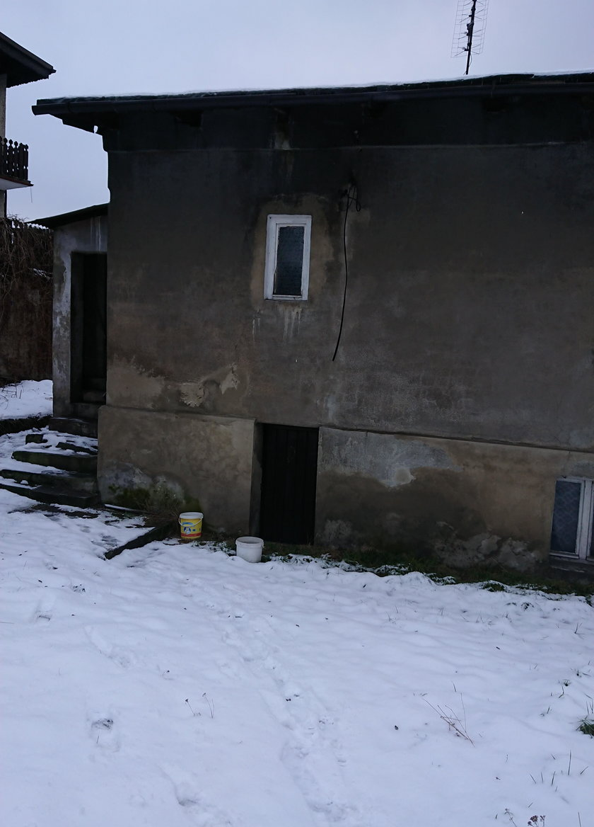 Już sam widok z zewnątrz przeraża, a w środku jest jeszcze gorzej. Odurzający zapach stęchlizny i wilgoci, podłoga grożąca rozpadem i oberwany dach nad głową.