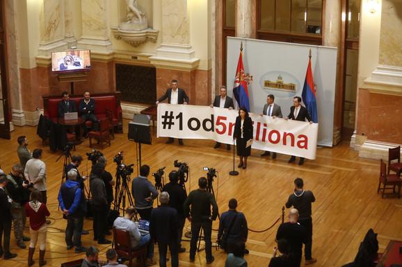 Poslanici opozicije razvili transparent