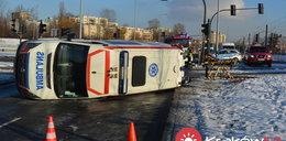 Karetka zderzyła się z peugeotem w Krakowie. Trzy osoby ranne