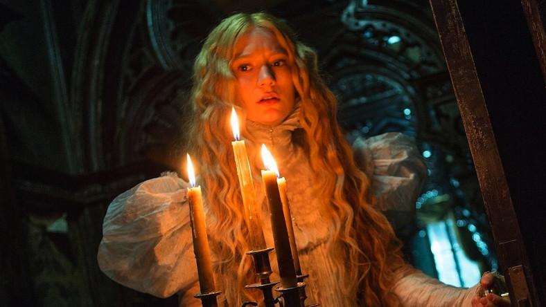 """Nowy film Guillermo del Toro to po części gotycki romans, po części horror w wiktoriańskich dekoracjach. Piękna córka przemysłowca poznaje uroczego angielskiego arystokratę. Wady ukochanego odkrywa dopiero po ślubie. Dom, który zamieszkują nowożeńcy, kryje sporo tajemnic – przerażających i mrocznych. W rolach głównych Mia Wasikowska i Tom Hiddleston, którzy dwa lata temu spotkali się na planie """"Tylko kochankowie przeżyją""""."""