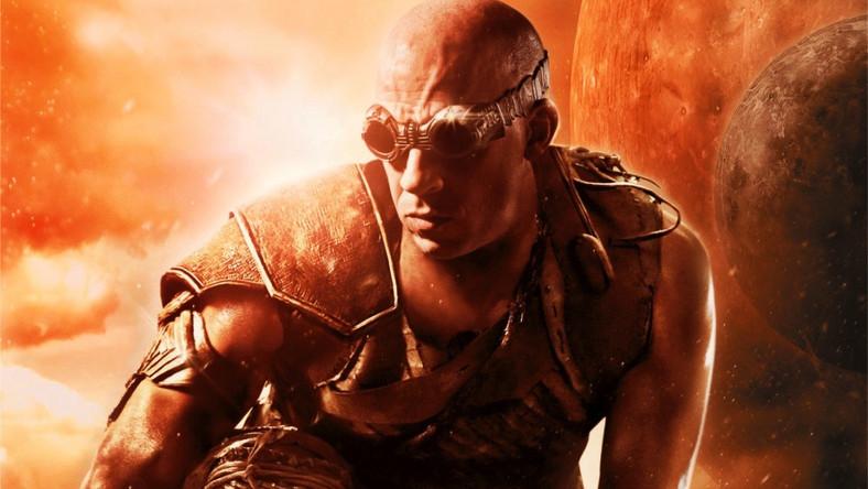Tym razem Riddick znajdzie się na jałowej, obcej planecie, pozostawiony na pewną śmierć. Będzie walczył z trizonami (bizonami na trzech nogach), błotnymi demonami oraz dwoma oddziałami łowców głów
