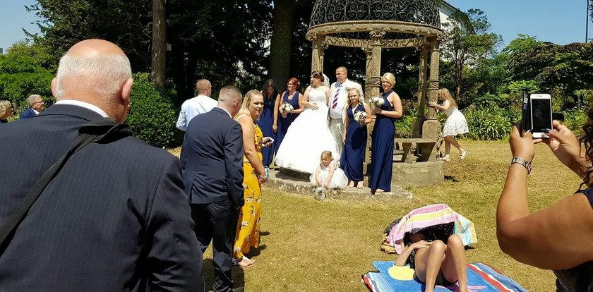 To ślubne zdjęcie stało się hitem. Młodzi załamani...