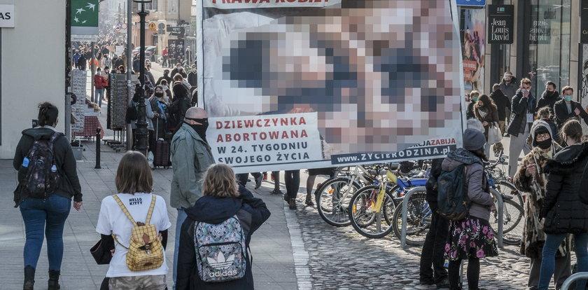 """Drastyczne zdjęcia płodów w centrum Poznania. """"Ciesz się, że cię rodzice nie wyskrobali!"""""""