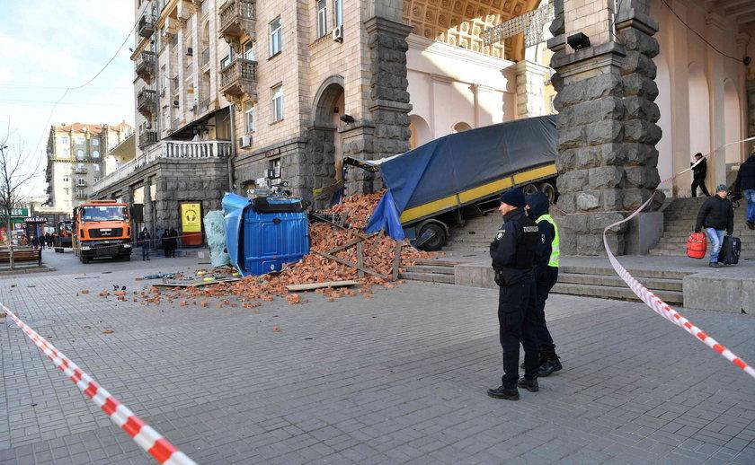 Wypadek ciężarówki pełnej cegieł