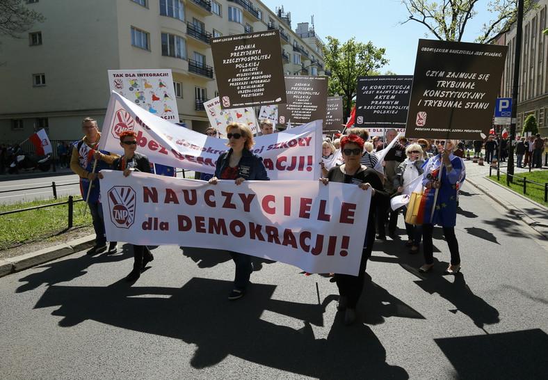 Demonstracja KOD na ulicach Warszawy