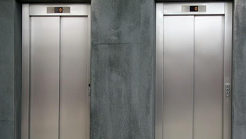 Urwała się winda z piłkarkami ręcznymi