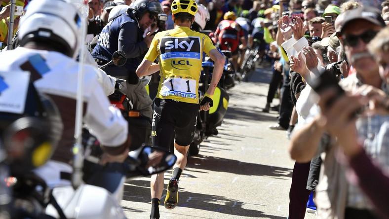Lider uszkodził rowerem i biegiem ruszył do mety