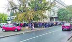 NA ŠTAKAMA U REDU OD ČETIRI UJUTRU Novosađanima presele gužbe ispred filijale RFZO