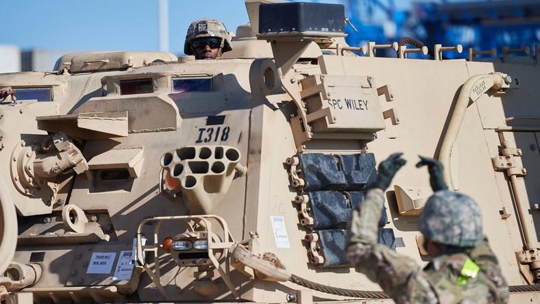 Jak poinformował w środę na konferencji prasowej w gdańskim terminalu kontenerowym DCT dowódca logistyki amerykańskich wojsk lądowych w Europie, generał dywizji Steven Shapiro, na pokładzie statku znajdowało się w sumie 1087 sztuk różnego rodzaju sprzętu, w tym 87 czołgów Abrams, 103 bojowe wozy piechoty Bradley i 18 samobieżnych haubic Paladin.