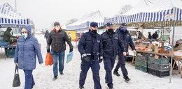 Policjanci na rynku na Przymorzu. Upominali ludzi bez masek. To efekt publikacji Faktu