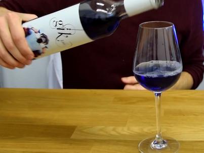 """BI: Jak powstaje niebieskie wino. """"Ono nie jest z laboratorium"""""""