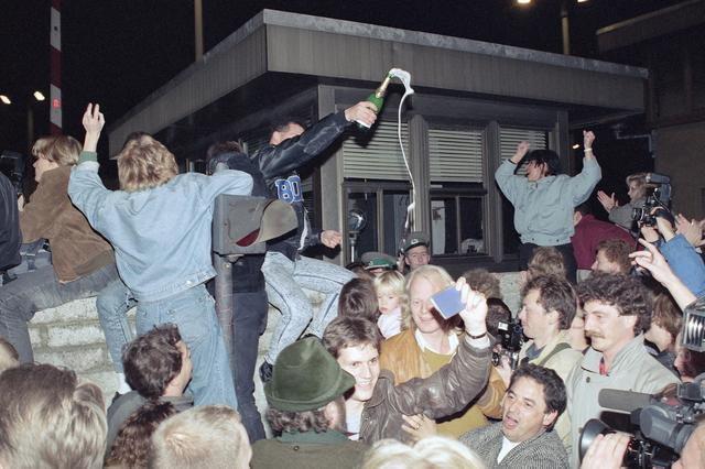 Nemci slave pad Berlinskog zida