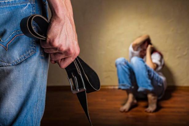 Niebieska Karta pomaga walczyć z przemocą w rodzinie.