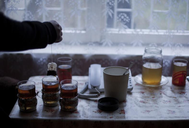 Szklanki z herbatą w domu Pani Domiceli i Pana Antonego