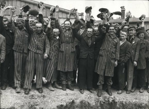 Preživeli logoraši dočekuju američke vojnike