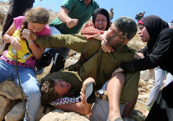 Ahed je 2015. ujela izraelskog vojnika za ruku pokušavajući da oslobodi 14-godišnjeg brata