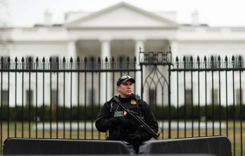 Kobieta samochodem staranowała ogrodzenie Białego Domu