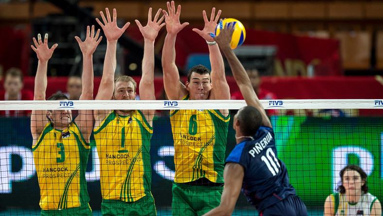Australijczycy (od lewej): Nathan Roberts, Aidan Zingel i Thomas Edgar, oraz Kervin Pinerua (P) z Wenezueli podczas meczu grupy A mistrzostw świata siatkarzy we Wrocławiu