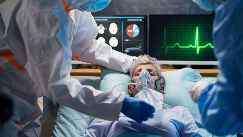 Kobieta w szpitalu, pod respiratorem