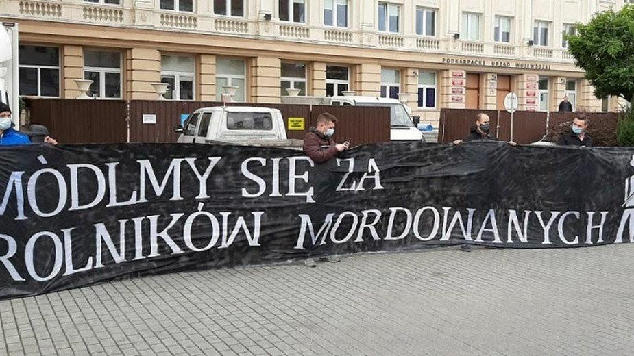 Zdjęcie z konferencji prasowej przed budynkiem Podkarpackiego Urzędu Wojewódzkiego w Rzeszowie.
