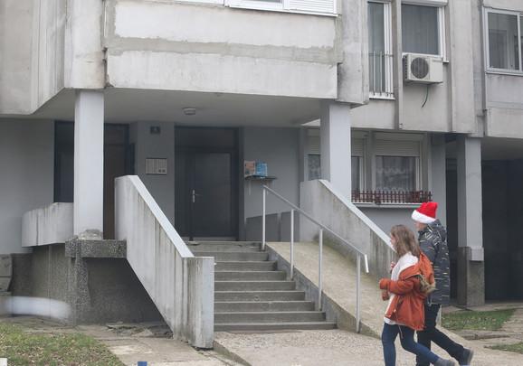 Zgrada u kojoj je nasilni komšija napao dečaka