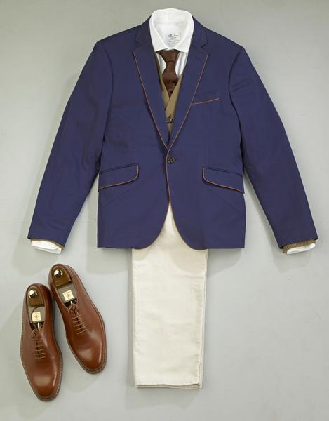 Dzięki dzianinowej kamizelce do białej koszuli i krawata styl ubierania staje się zdecydowanie mniej sztywny