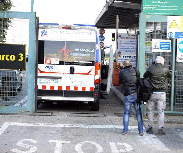Ambulantna kola odvoze Ronalda sa aerodroma u Torinu