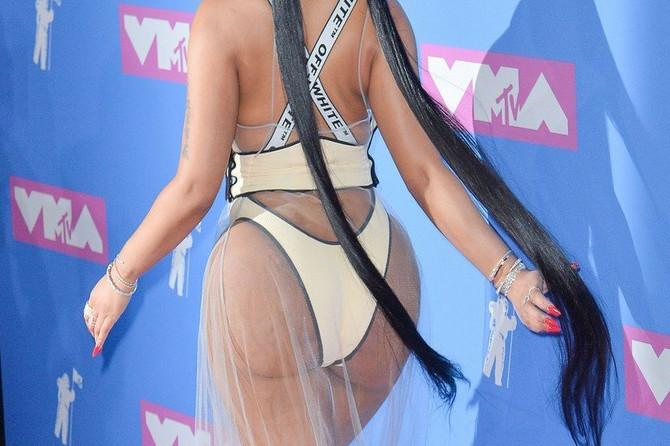 Na dodeli MTV nagrada svi su gledali u njenu BUJNU POZADINU: A onda je ona IZVADILA GOLU DOJKU i nastao je MUK