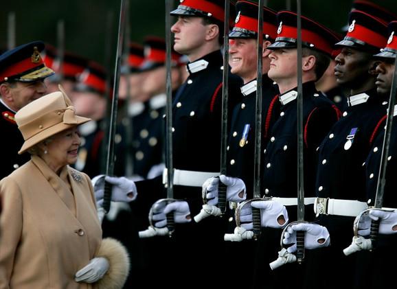 Osmesi sve govore - kraljica i princ Hari na paradi Kraljevske vojne škole u Sendherstu u aprilu 2006.