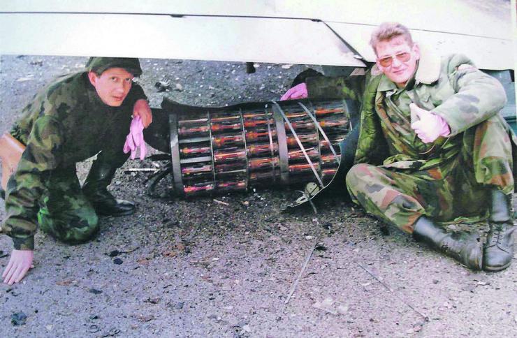 NIS08 vojni pirotehnicar Sladjan Vuckovic desno sa naocarima ispred bombe