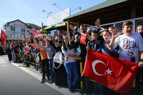 Građani pozdravljaju delegacije