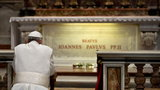 Franciszek na grobie Jana Pawła II
