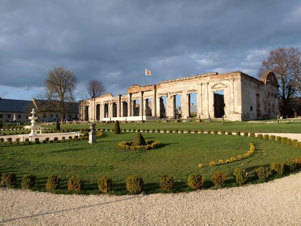 Sobków - ruiny klasycystycznego pałacu wewnątrz fortalicji