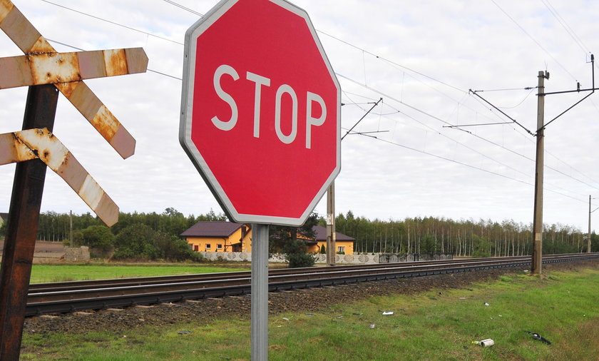 Dramat na przejeździe kolejowym w Czarnej. Nie żyje 17-latka.