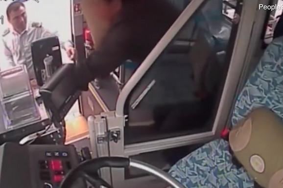 Vozač je zaustavio autobus, prišao putniku, a zbog svog humanog gesta, putnici su mu odali POŠTOVANJE