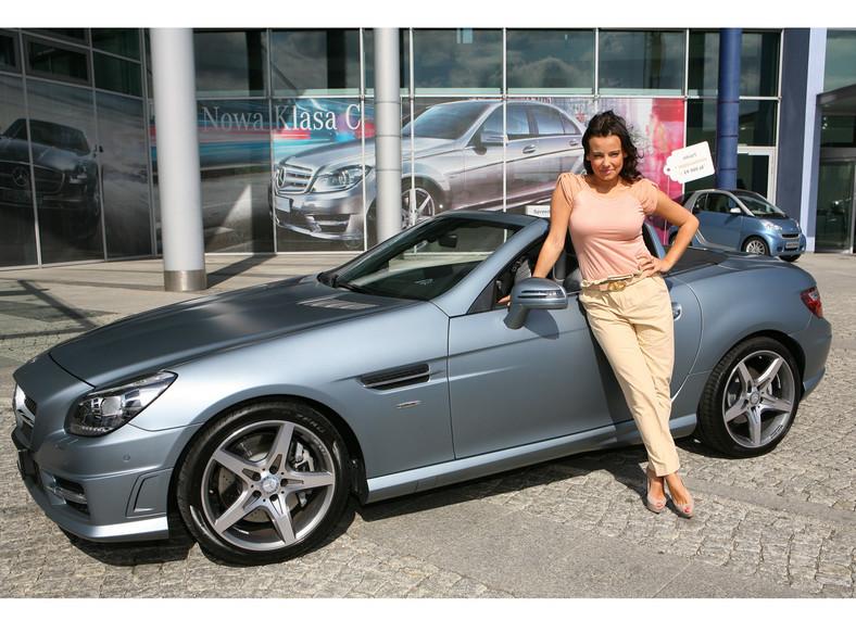 Anna Mucha od niewdana pomyka ulicami za kierownicą najnowszego Mercedesa SLK 250 Edition 1