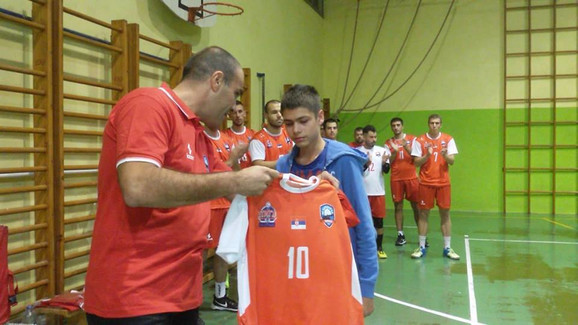 Predsednik OK Karađorđe Milan Nikolić uručuje dres sa brojem 10 Tončićevom sinu Luki