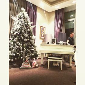 Željko dosta vremena provodi svirajući klavir