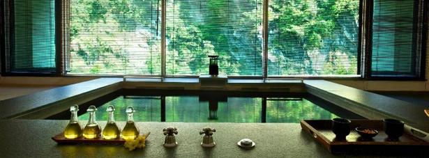 Silks Place Taroko, Hualien, Tajwan. Dzika niedostępność i absolutny luksus łączą się w Silks Place Taroko w idealną całość. Budynek był niegdyś górską posiadłością politycznego i wojskowego przywódcy Czanga Kaj-szeka. Po gruntownym remoncie stał się ekskluzywnym resortem otoczonym niesamowitymi krajobrazami – od góry porośniętym tropikalnym lasem górskim zboczem, od dołu zaś skalistym wąwozem. Hotelowe Wellspring Spa oferuje szeroki wybór technik masażu, od masażu tkanek głębokich, poprzez masaż gorącymi kamieniami, ziołowe kompresy, aż po masaż odprężający. Wykonuje się tutaj też zabiegi złuszczające z wykorzystaniem kawy, orzechów kokosowych, ziaren kukurydzy czy wodorostów, oraz lulur, czyli tradycyjny jawajski peeling panny młodej. Na całe ciało zastosujmy kompres z glinki wulkanicznej, papai i mięty, albo boreh, unikalnej mieszanki egzotycznych przypraw. Po zabiegu możemy odprężyć się w prywatnej saunie lub łaźni parowej.