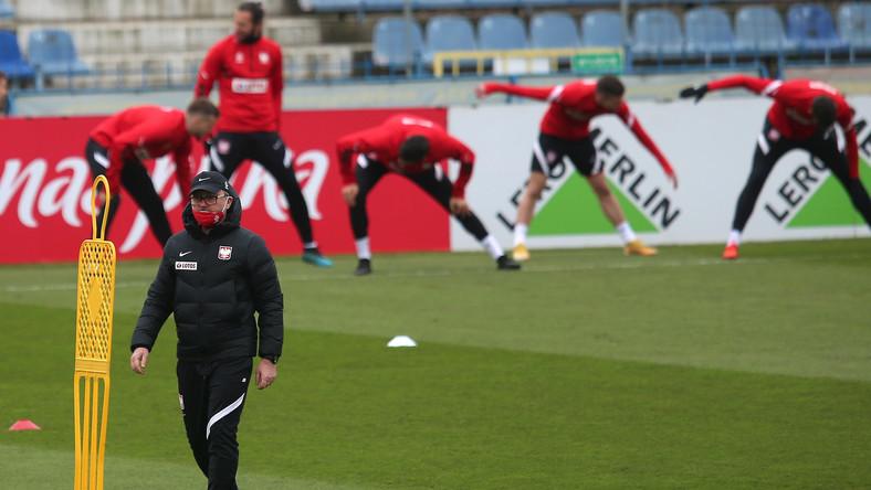 Trener piłkarskiej reprezentacji Polski Jerzy Brzęczek (L) podczas treningu drużyny, na Stadionie Śląskim