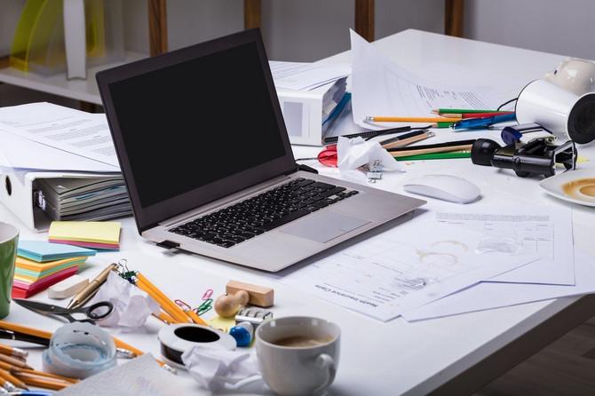 Povremeno dobro očistite sve što obitava na radnom stolu