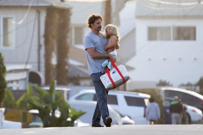 Bredli Kuper sa ćerkom na plaži u Malibuu