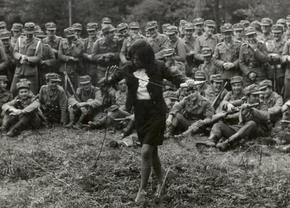 Manevri JNA u Karlobagu: Usnija pesmom zabavlja vojsku