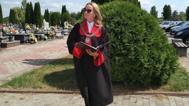 – Na pogrzebie zapalonego wędkarza ustawiłam manekina ubranego w specjalne kalosze, wędkarską kamizelkę i kapelusz. Oczywiście miał długą wędkę i podbierak. Obok niego, w rybackim wiadrze pływały ryby, a wieniec pogrzebowy zrobiony był z pałek wodnych, haczyków, żyłki i błystek – opowiada mistrzyni świeckich ceremonii pogrzebowych.
