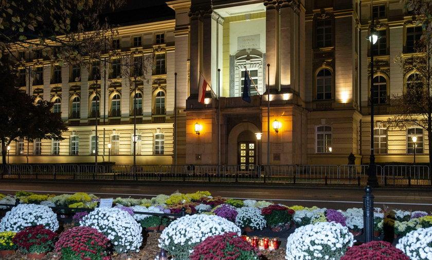 Na zdjęciu: kwiaty i znicze pod  budynkiem Kancelarii Prezesa Rady Ministrów w Warszawie, 31.10.